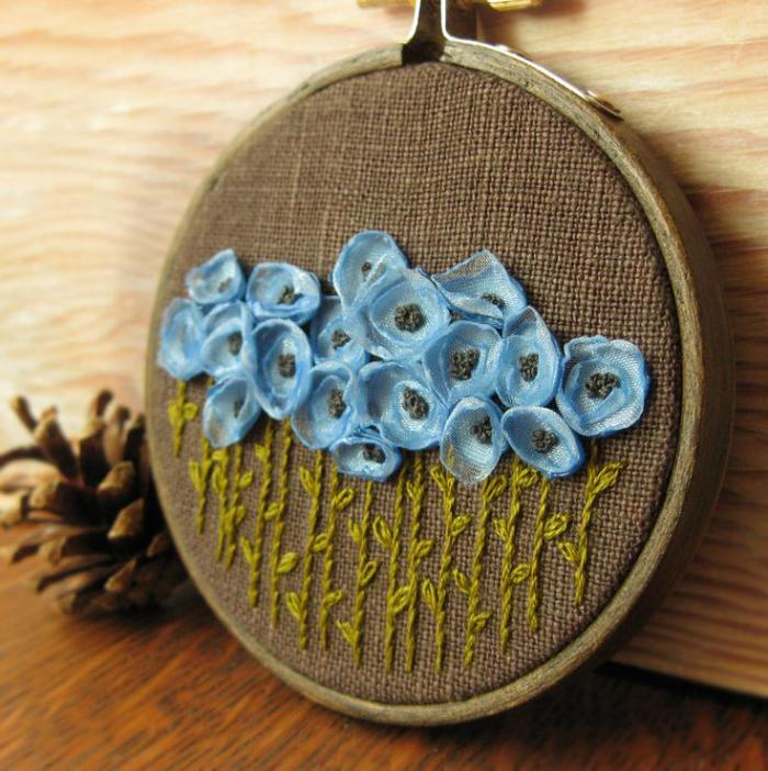 broderie-au-ruban-fleurs-bleues-en-broderie-au-ruban