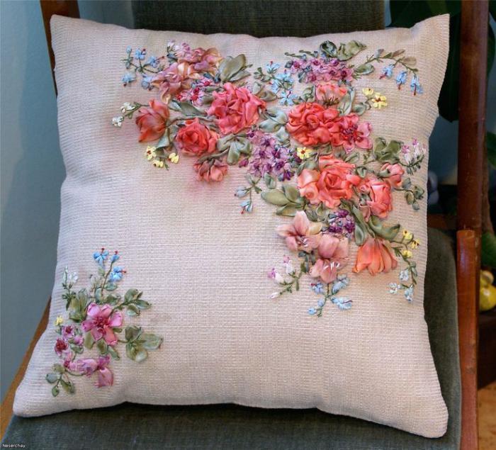 broderie-au-ruban-joli-coussin-avec-motifs-floraux-somptueux