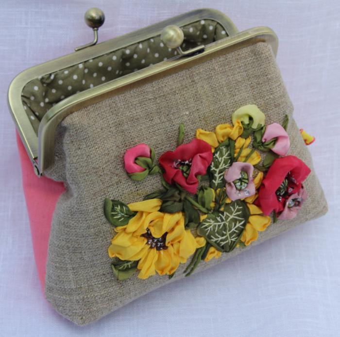broderie-au-ruban-petit-sac-joli-brodé-de-fleurs-multicolores