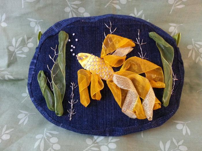 broderie-au-ruban-poisson'd'or-sur-denim-bleu