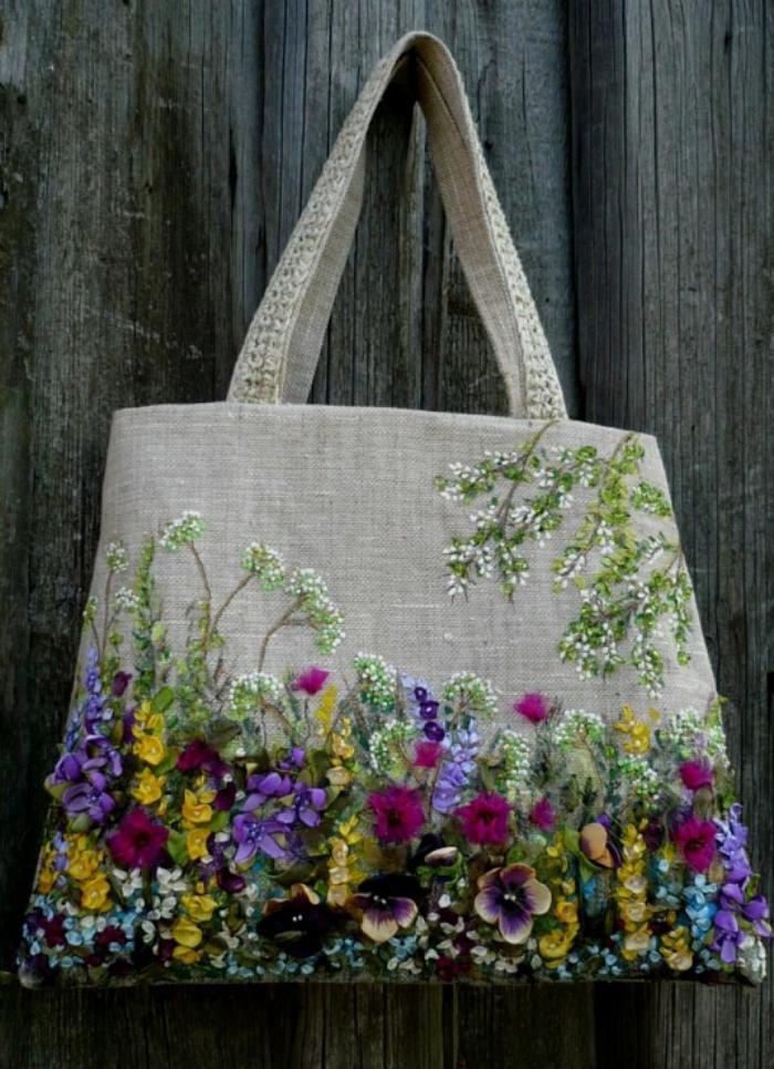 broderie-au-ruban-tout-un-jardin-brodé-sur-un-sac-en-tissu