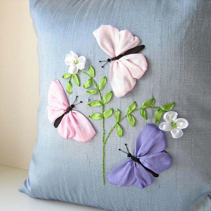 broderie-au-ruban-trois-papillons-autour-d'un-brin-de-fleur