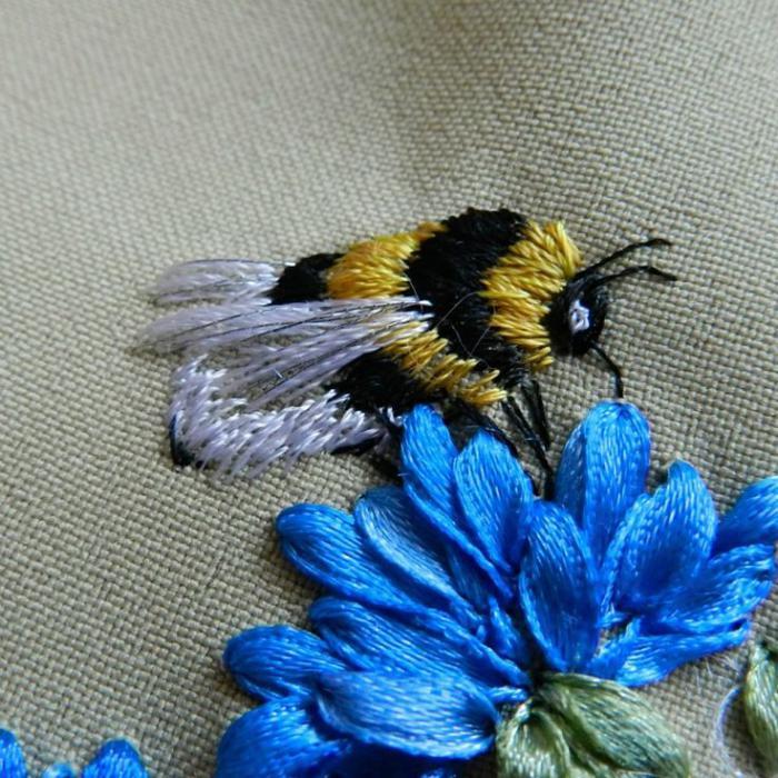broderie-au-ruban-une-fleur-bleue-et-une-abeille