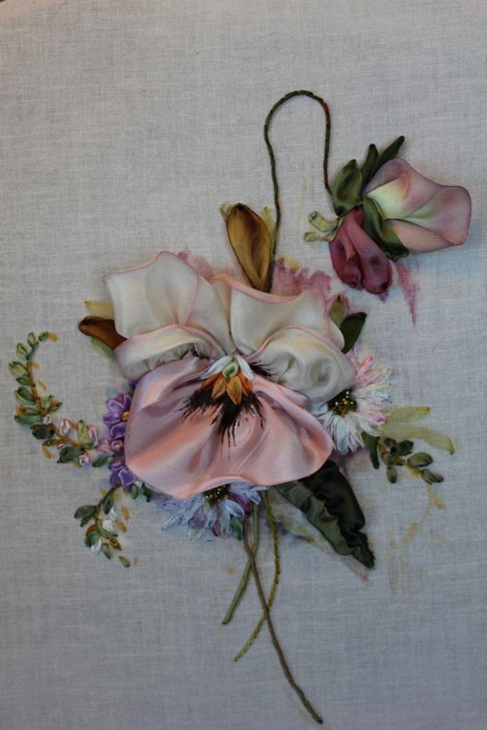 broderie-au-ruban-violette-rose-et-blanc