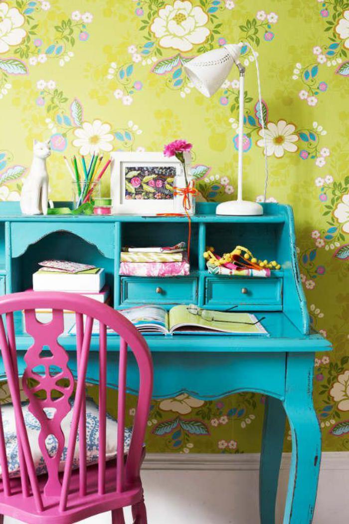 bureau-secrétaire-peint-turquoise-et-chaise-rose