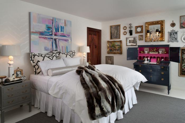bureau-secrétaire-petit-bureau-en-noir-et-rose-dans-une-chambre-à-coucher