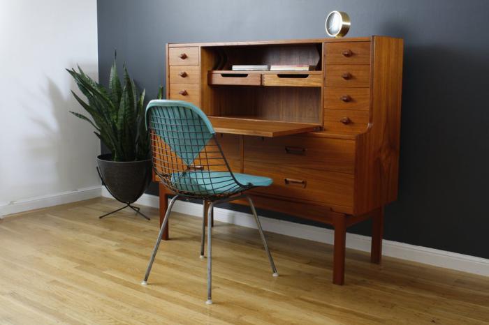 bureau-secrétaire-style-mid-century-chaise-bleue