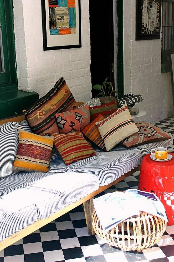 canape-marocain-avec-coussins-marocains-sur-le-canape-a-rayures-banches-noires
