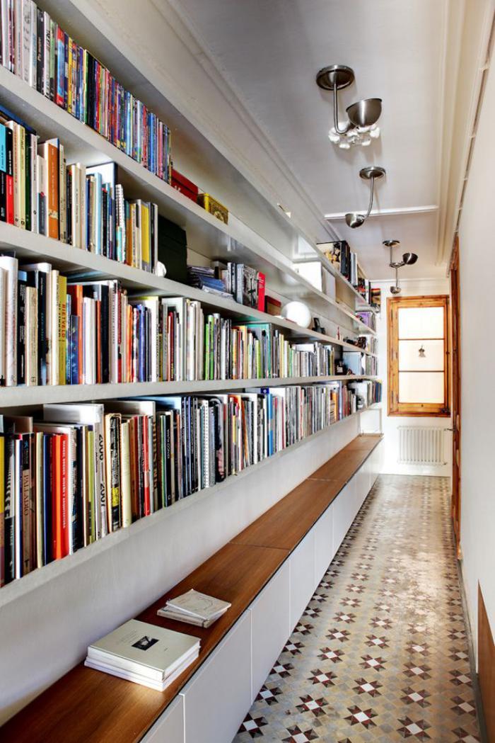 carreaux-de-ciment-bibliothèque-atypique-avec-sol-en-ciment
