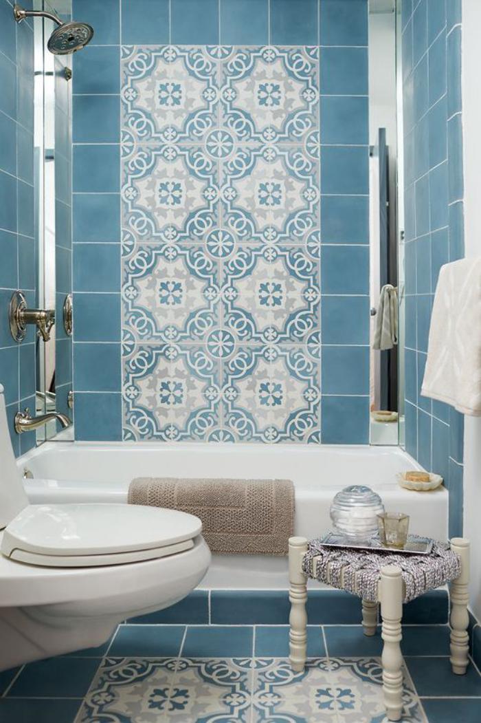 carreaux-de-ciment-décoration-sophistiquée-en-bleu-et-blanc-pour-la-salle-de-bains