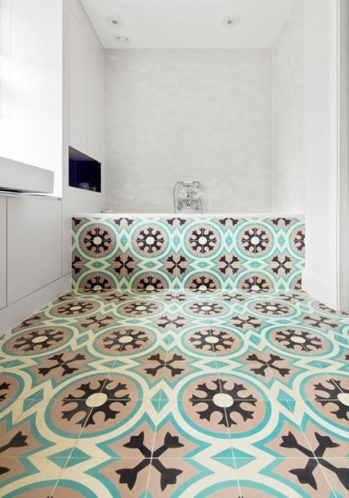 carreaux-de-ciment-en-marron-et-bleu-pour-le-sol-e-la-baignoire
