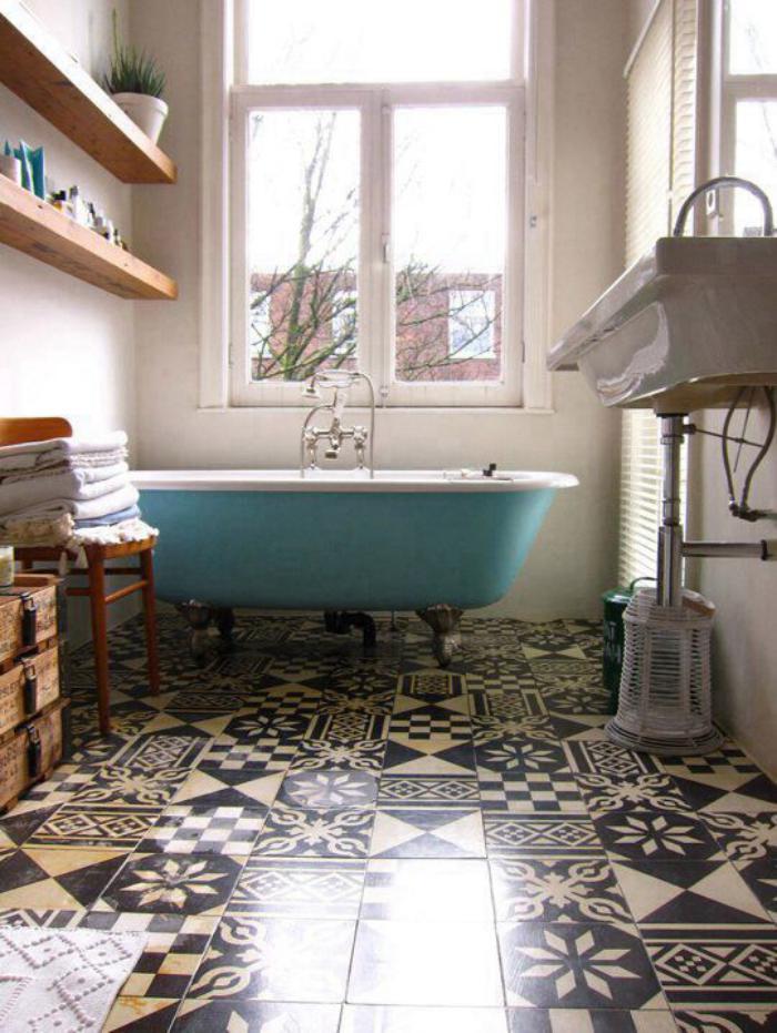 carreaux-de-ciment-et-baignoire-ancienne-salle-de-bains-déco