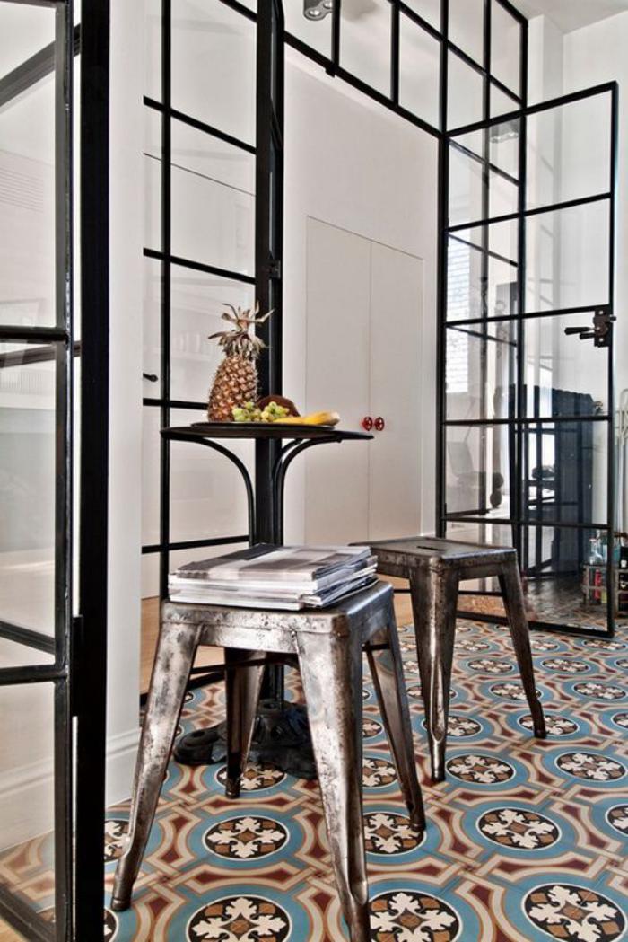 carreaux-de-ciment-tabourets-industriels-portes-vitrées