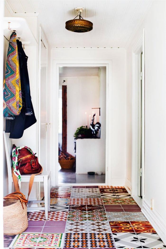 carreaux-de-ciment-une-entrée-au-sol-multicolore-et-murs-blancs