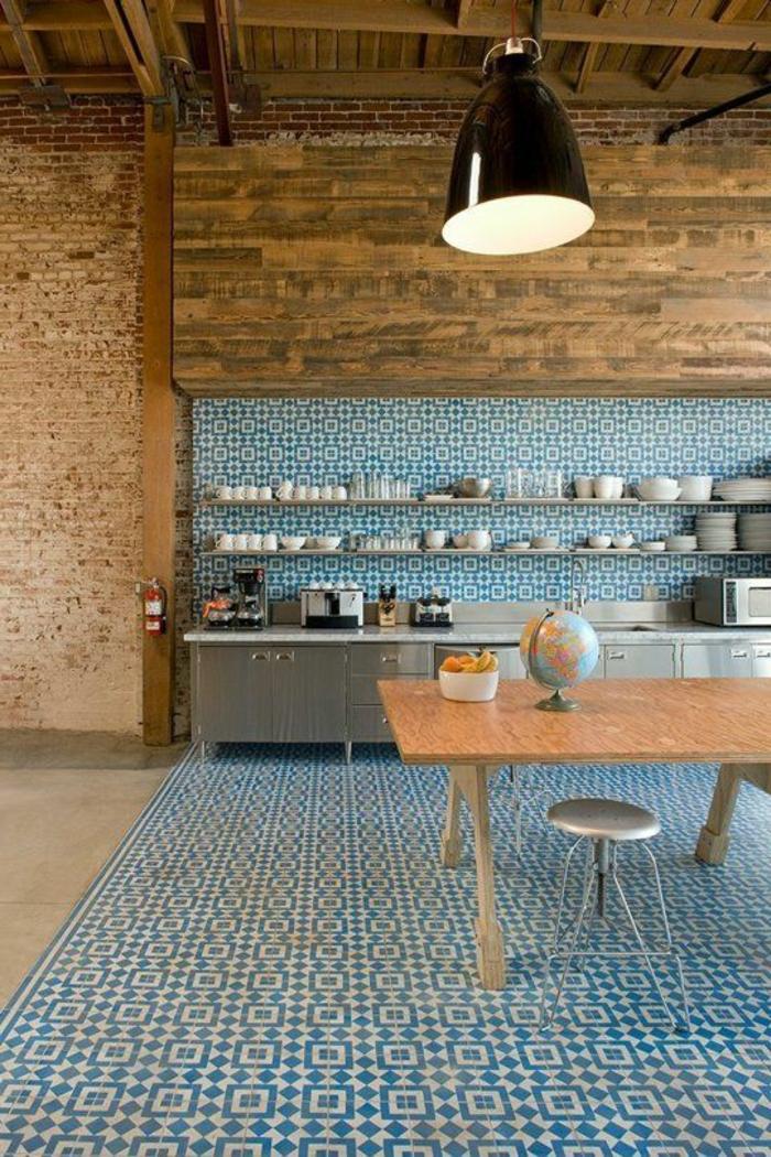 carrelage-adhesif-mur-bleu-blanc-et-table-en-bois-massif-lustre-en-fer-noir-plafond-en-bois