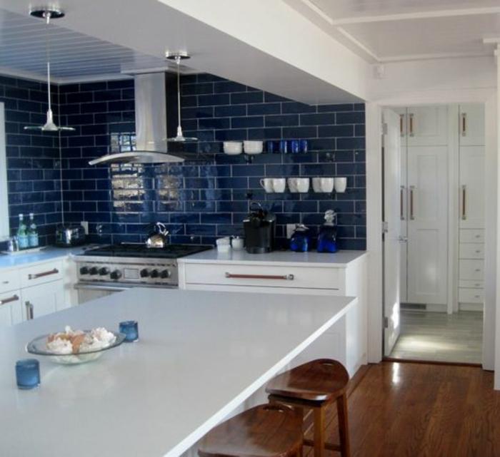 carrelage-adhesif-mural-bleu-foncé-pour-la-cuisine-avec-sol-en-parquet-foncé-de-couleur-marron