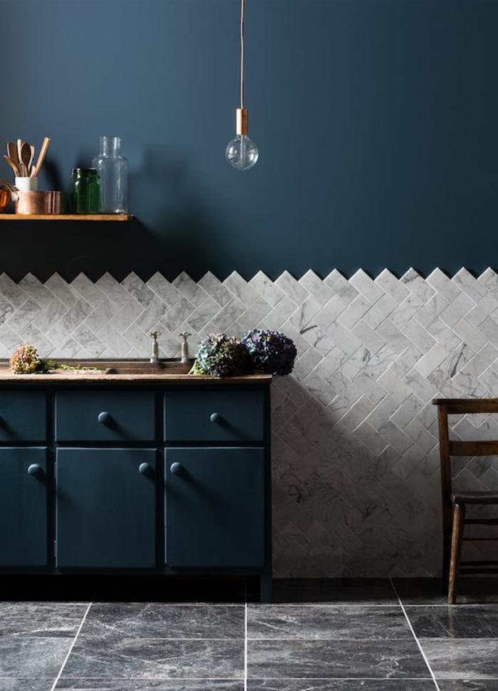 carrelage-mural-lapeyre-pordecorer-les-murs-de-salon-sol-en-carelage-gris-meubles-en-bois-bleu