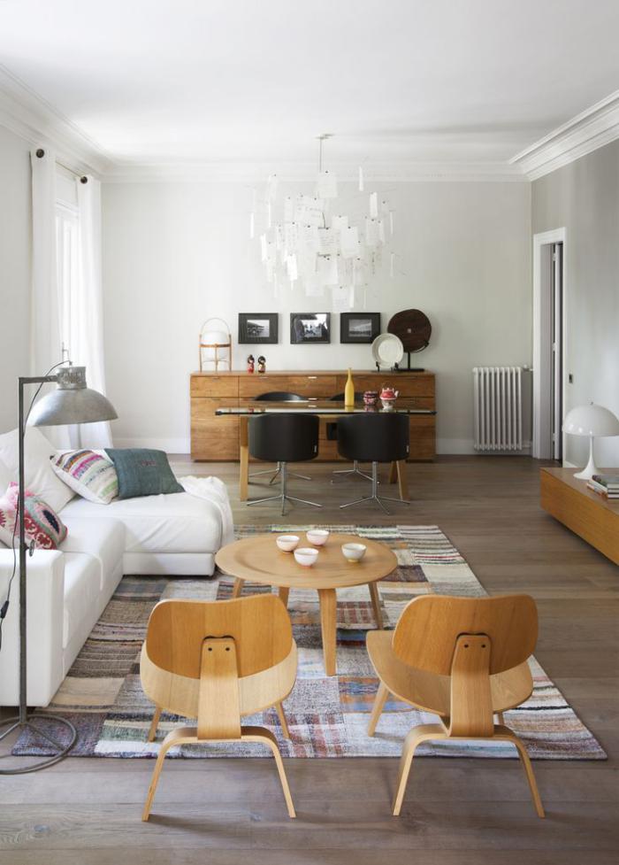 chaise-scandinave-salle-de-vie-avec-petite-table-basse-et-chaises-scandinaves