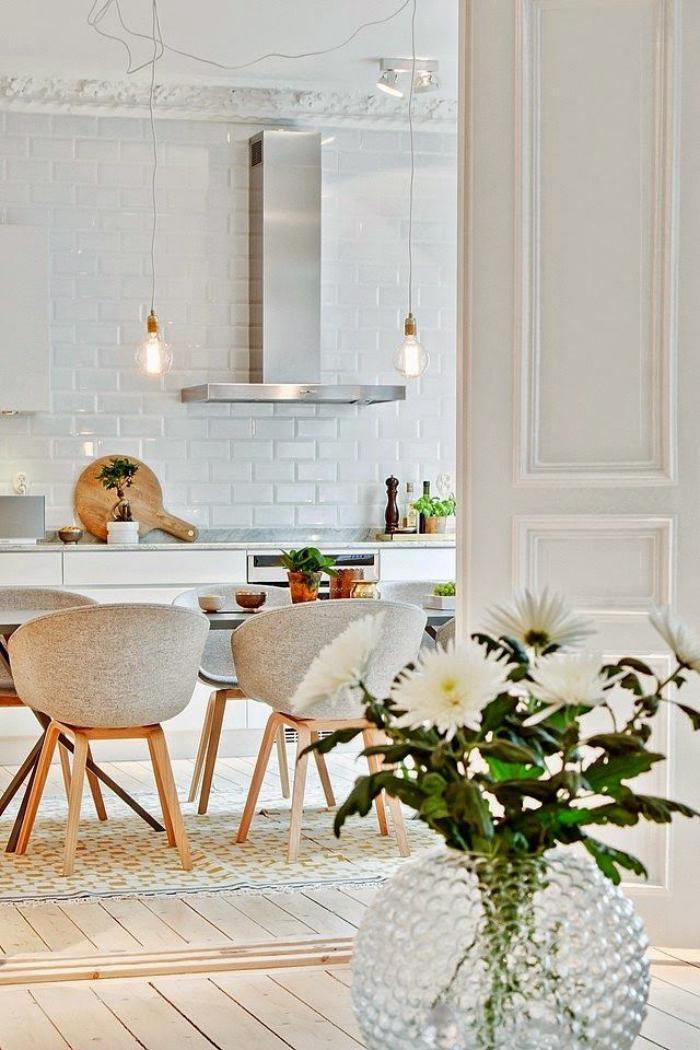 chaise-scandinave-cuisine-blanche-superbe-chaises-scandinaves-bois-et-tissu