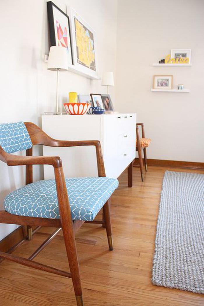 chaise-scandinave-deux-chaises-bois-et-tissu-commode-blanche