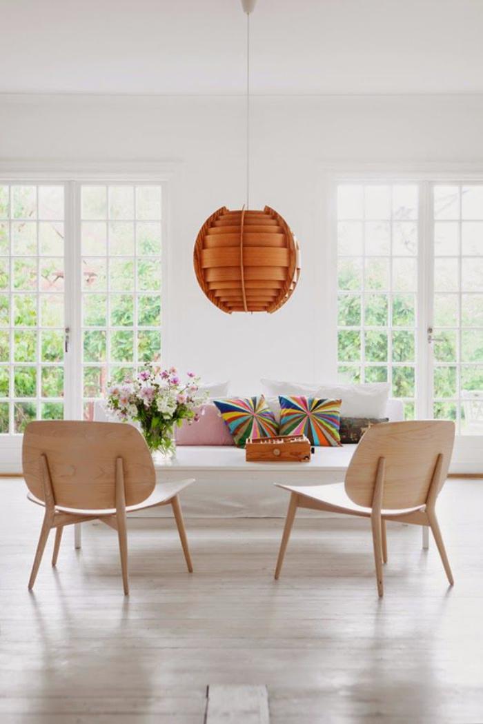chaise-scandinave-grand-salon-aménagement-minimaliste-deux-belles-chaises-scandinaves