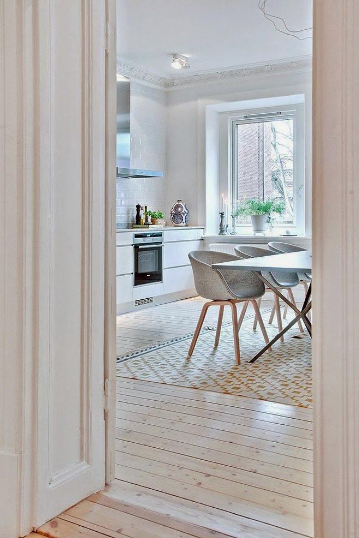 chaise-scandinave-jolie-salle-avec-des-chaises-scandinaves-bois-et-tissu