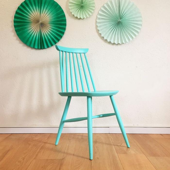 chaise-scandinave-repeinte-bleue-chaises-en-bois
