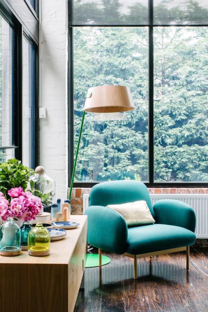 chaise-scandinave-turquoise-grande-fenêtre-et-commode