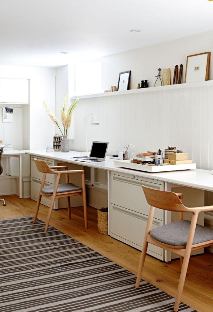 chaise-scandinave-un-long-bureau-près-du-mur-deux-chaises-style-scandinave