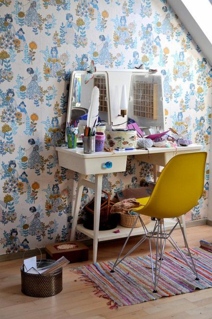 chambre-d-enfant-avec-chaise-jaune-en-plastique-tapis-coloré-pour-la-chambre-d-enfant