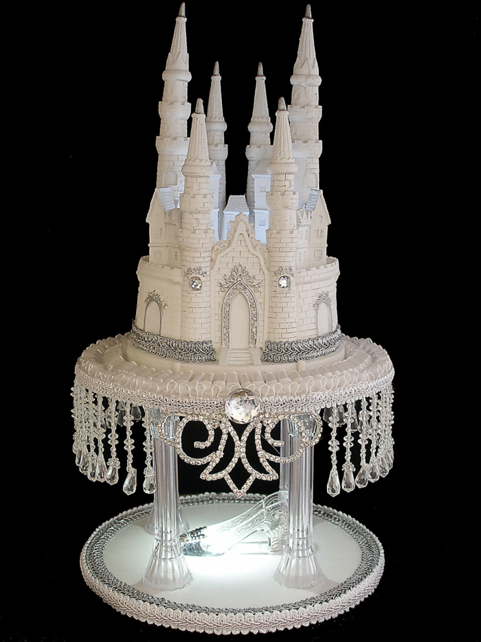 chateau-gateau-mariage-tout-en-blanc-avec-bijoux