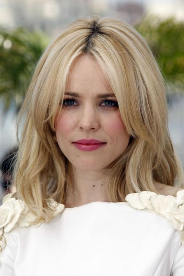 coiffure-avec-frange-frange-longue-séparée-cheveux-blonds