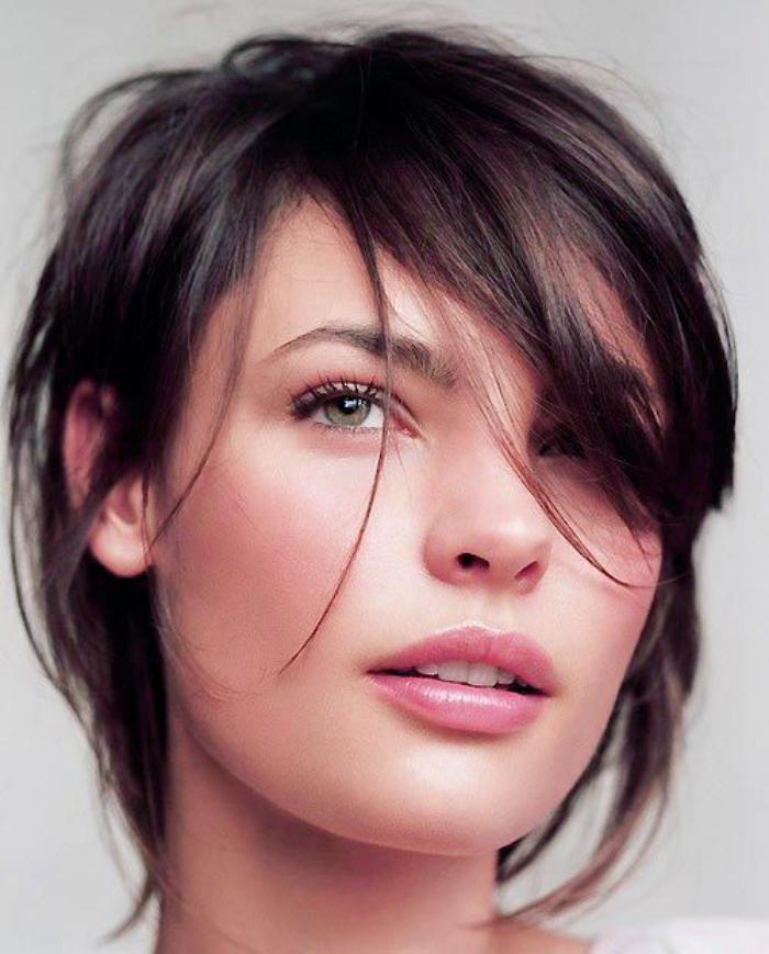 Comment porter la coiffure avec frange - Coupe courte frange longue ...