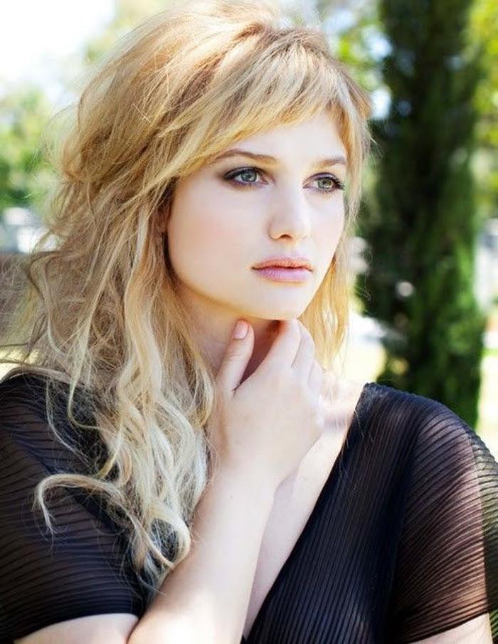 coiffure-avec-frange-une-frange-soigneusement-stylée-cheveux-blonds