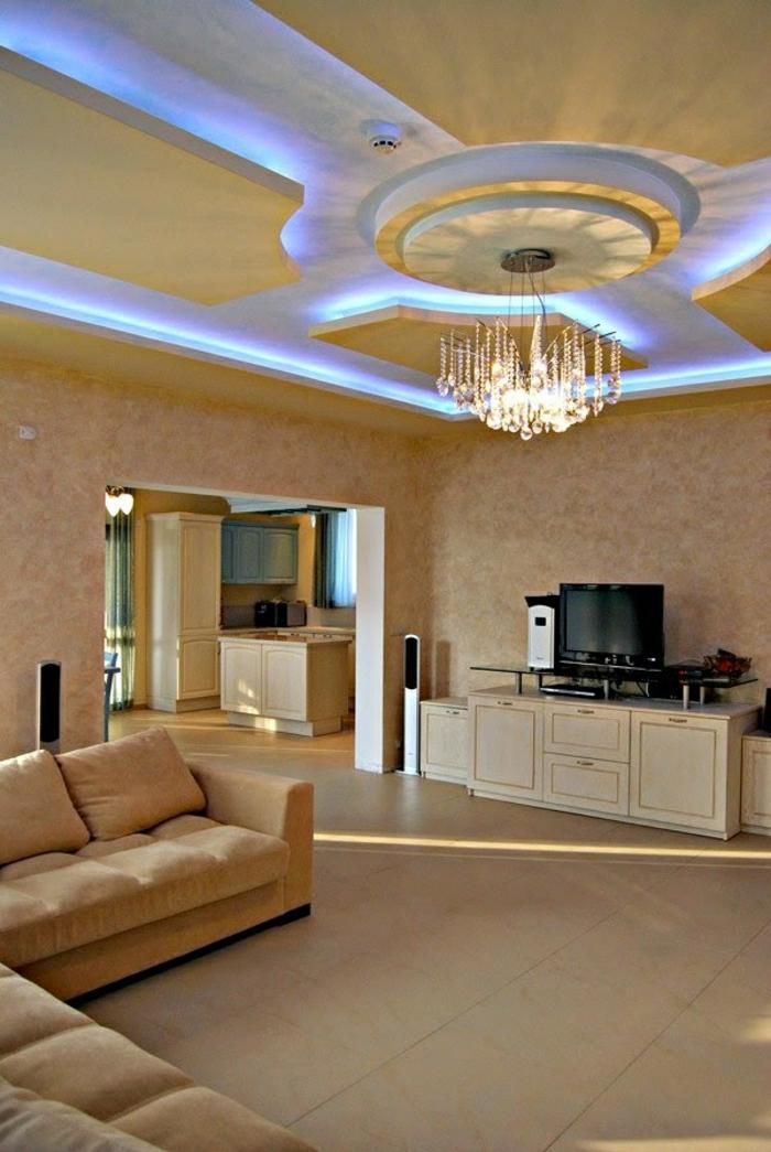 comiche-eclairage-indirect-salon-avec-carrelage-beige-lustre-baroque-en-cristal
