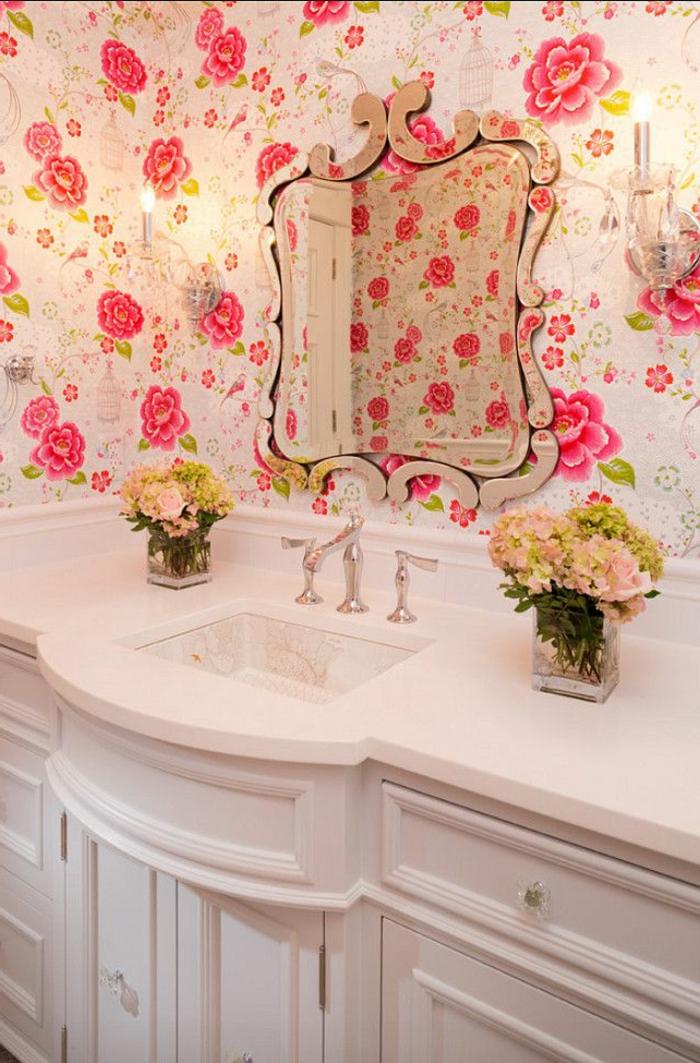 comment-bien-aménager-la-salle-de-bain-avec-idee-papier-peint-salon-meubles-dans-la-salle-de-bain-blancs