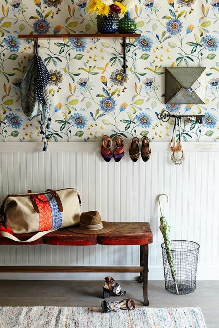 comment-bien-aménager-le-couloir-avec-papier-peint-fleuri-coloré-banc-en-bois