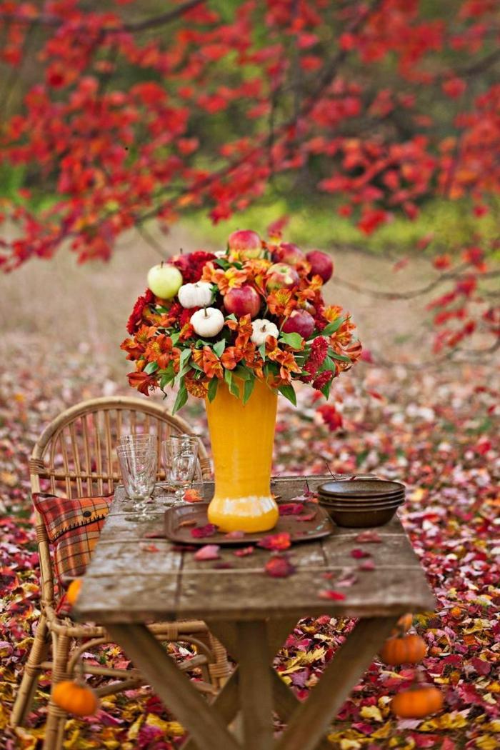 comment-bien-choisir-un-bouquet-garnis-coloré-pour-bien-decorer-la-table-de-jardin-en-bois-massif