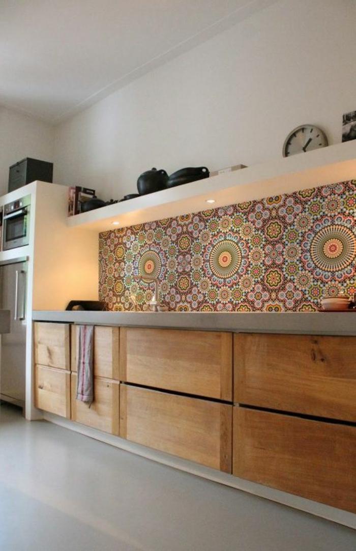 comment-decorer-la-cuisine-un-joli-carrelage-mural-castorama-coloré-et-meubles-en-bois-clair