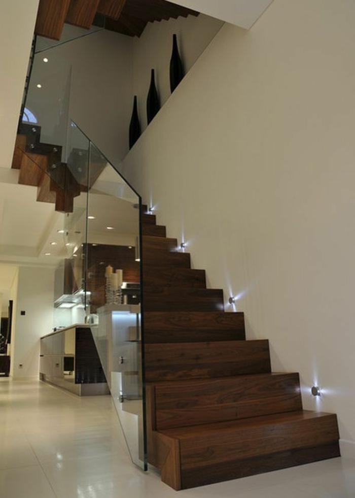 comment-fabriquer-un-escalier-en-bois-et-verre-pour-un-couloir-chic-et-moderne-a-la-fois
