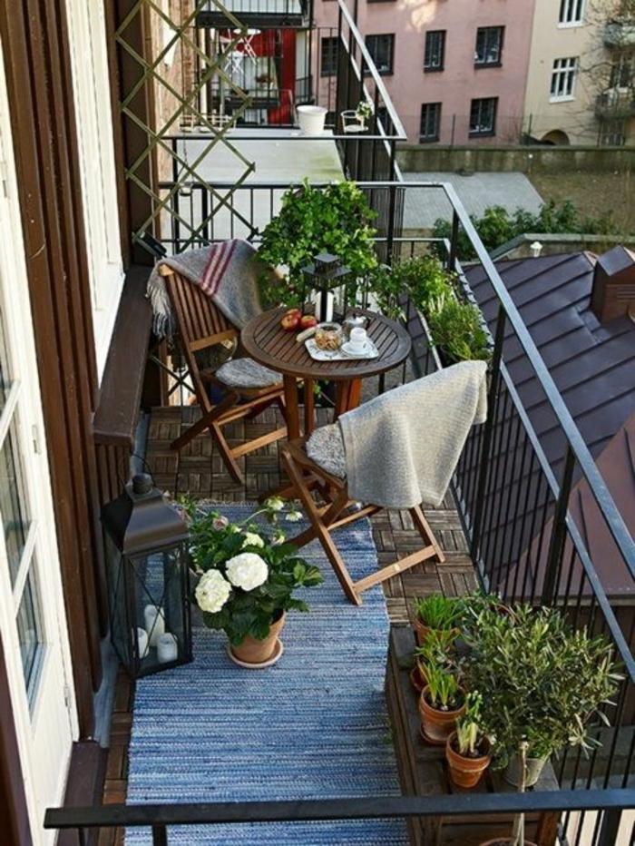 comment-fleurir-le-balcon-jardiniere-balcon-et-tapis-gris-pour-le-balcon-moderne