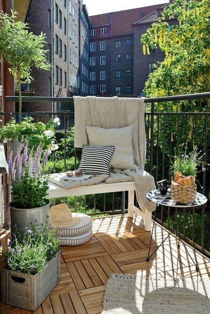 comment-fleurir-son-balcon-fleurs-de-balcon-modernes-sol-en-parquet-clair-pour-la-terrasse
