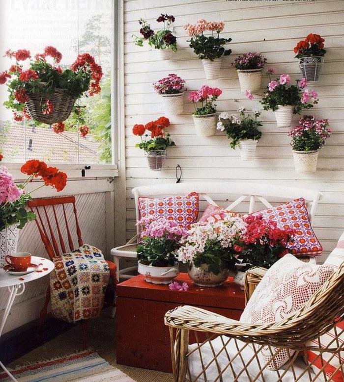 comment-fleurir-son-balcon-jardiniere-balcon-avec-fleurs-colorés-decoration-avec-fleurs