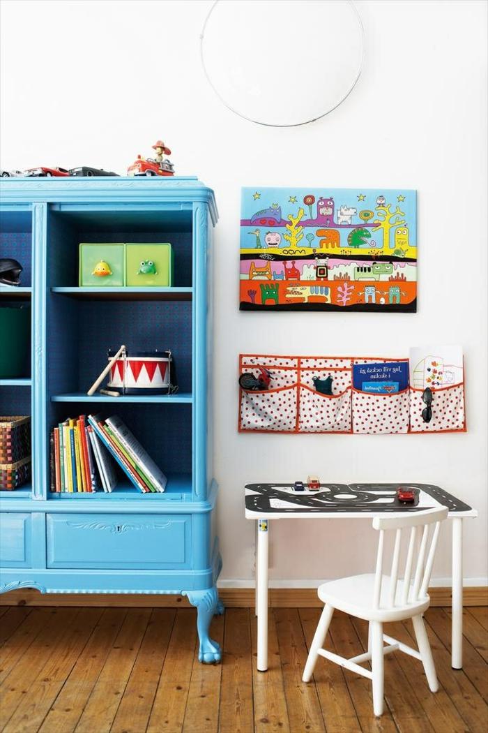 conforama-armoire-enfant-avec-un-armoire-bleu-foncé-en-bois-et-mur-blanc-bureau-d-enfant