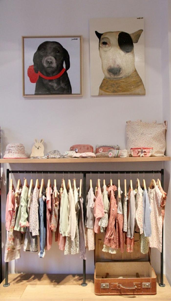 conforama-armoire-enfant-improvisé-dans-la-chambre-d-enfant-moderne-mur-blanc-peintures-murales