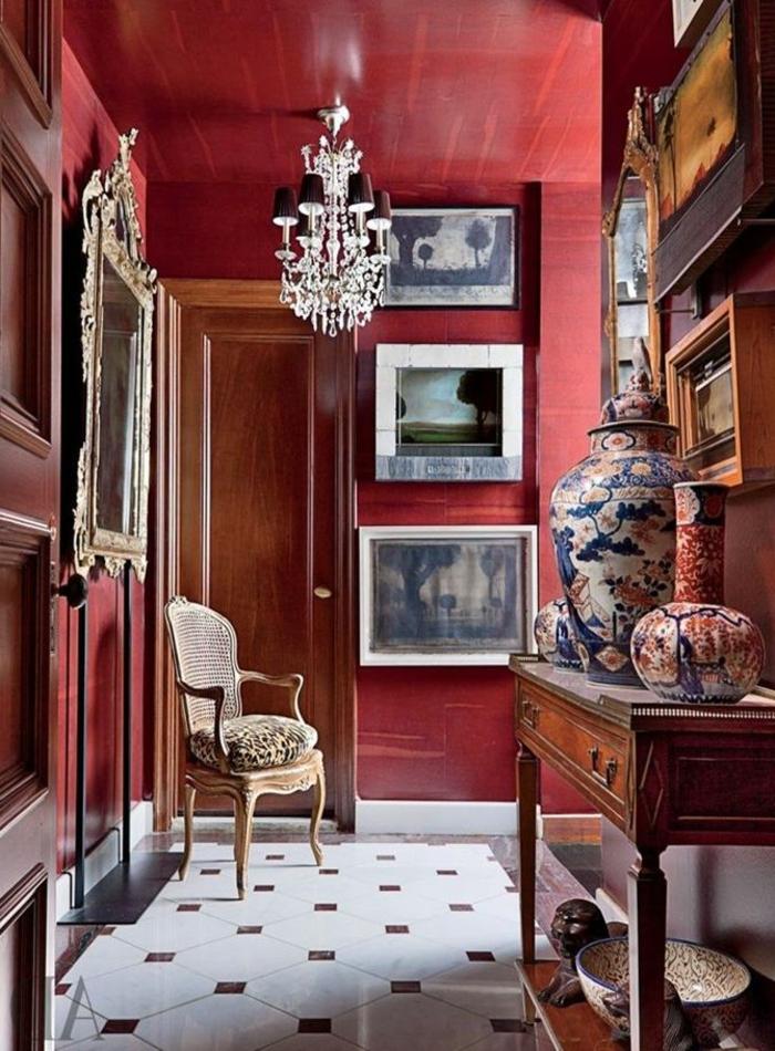 couleur-bordeau-pour-les-murs-dans-le-couloir-de-style-baroque-meubles-retro