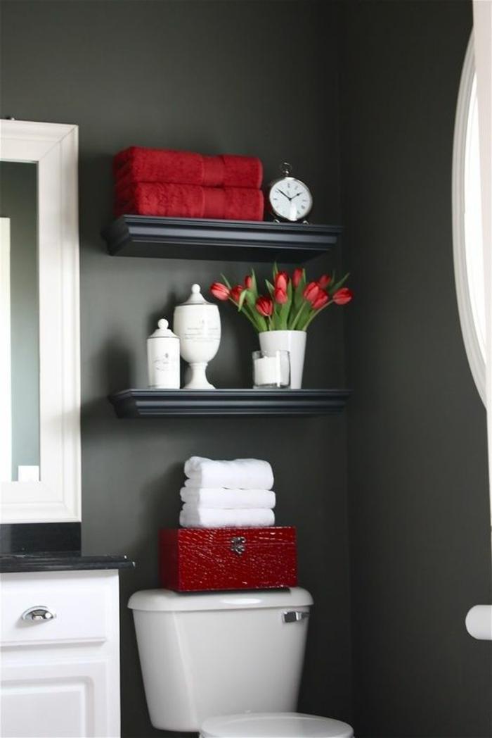 couleurs-hexa-pour-les-salles-de-bain-avec-murs-gris-et-meubles-blancs-tulipes-rouges