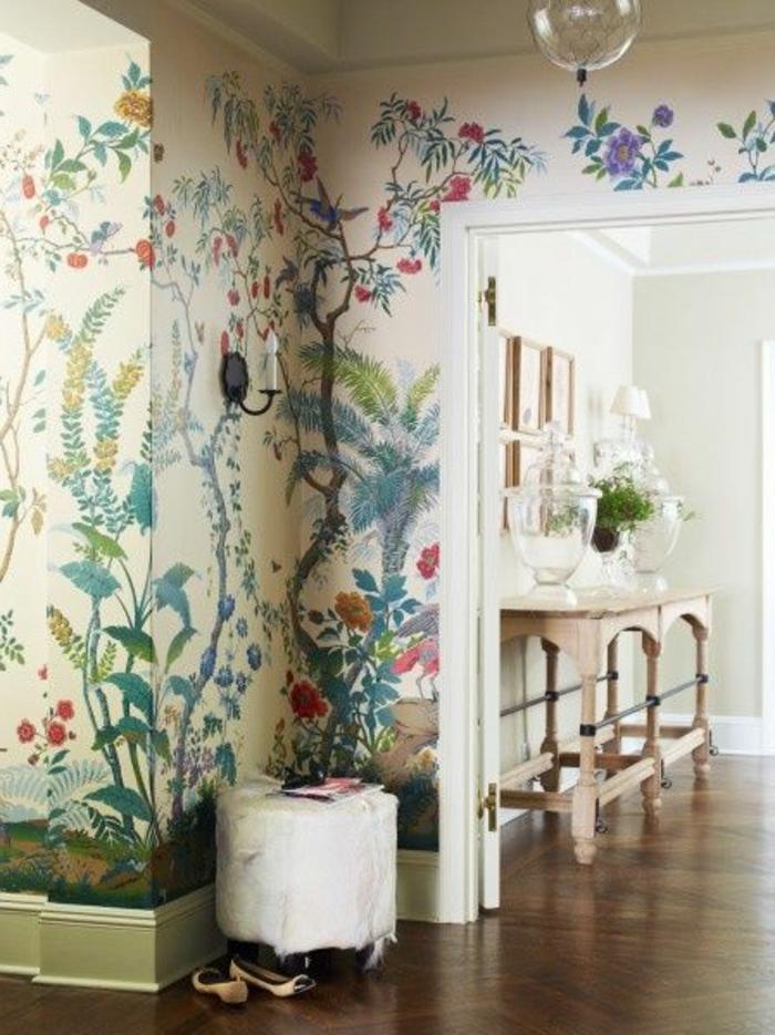 couloir-moderne-avec-papier-peint-fleuri-anglais-sol-en-parquet-foncé-en-bois