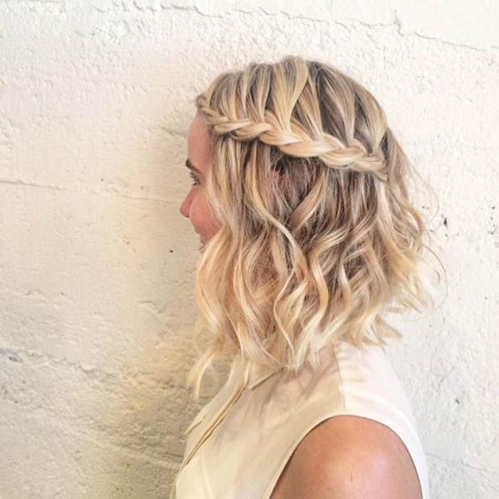 coupe-carré-plongeant-cheveux-longs-ondulants-avec-tresse