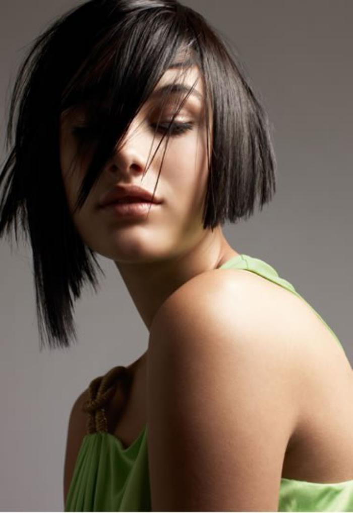 coupe-carré-plongeant-modèle-asymétrique-sur-cheveux-raides